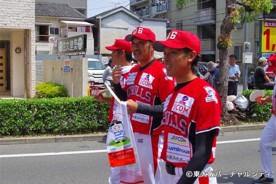 坂選手もトライくんを手にパレードに参加。追っかけ女子の姿も^^