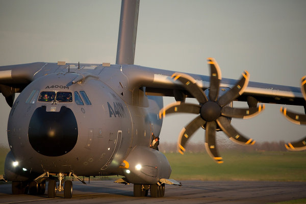 Les A400M opérationnels ont toujours les marquages Airbus et un immatriculation en F-W. Mais bien sûr. image Paramount pictures