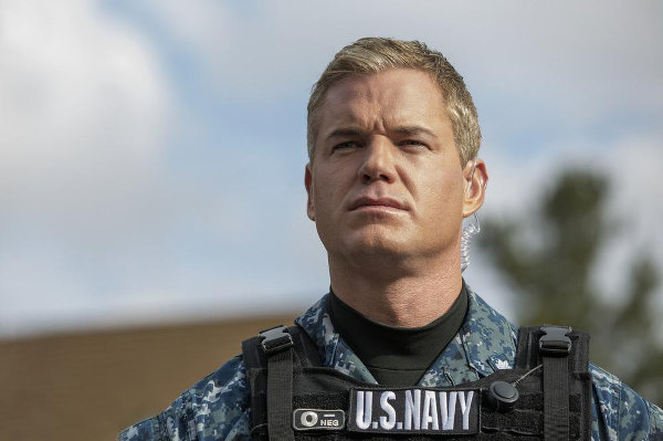 """Répétez après moi (voix caverneuse avec bonus virilité patriotique): """"Commander Tom Chandler, US Navy"""". photo TNT"""