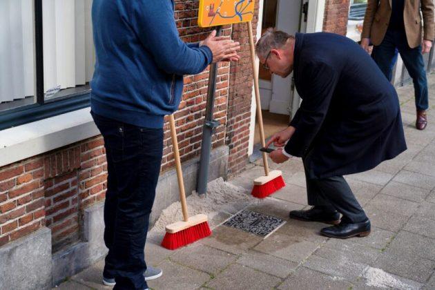 Burgemeester Jos Wienen scant QR code. Fotografie: Joost Keet.