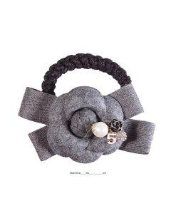 Zopfgummi mit aufgesetzter grauer Stoffrose auf einer grauen Schleife mit Perle kleiner schwarzen Strassrose
