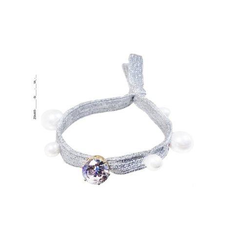 Zopfhalter mit silbernen breiteren flachen Gummiband mit aufgesetzten großen und kleinen Perlen sowie gefaßtem Strassstein