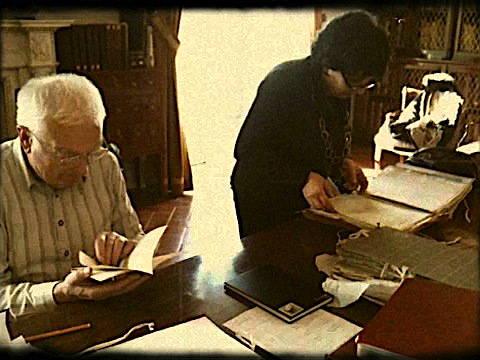 Patrizia Ascione in aiuto dell'amico John McCormick in emeroteca a Livorno per la pubblicazione del libro: The Italian Puppet Theatre