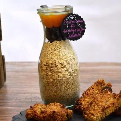 Fruchtige Haferflocken-Cashew-Nussriegel als Backmischung im Glas