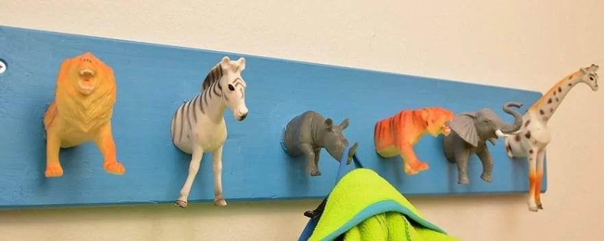 Selbstgebastelte Kindergarderobe mit Tieren