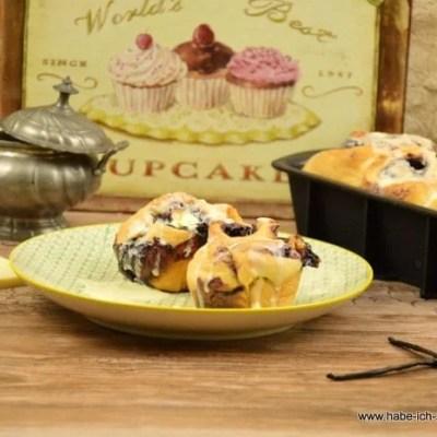 Süße Hefeschnecken mit Blaubeermarmelade und weißer Schokolade