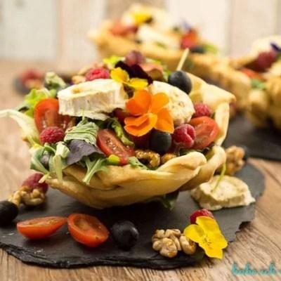 Salat mit karamellisierten Walnüssen und Ziegenkäse im Brotnest