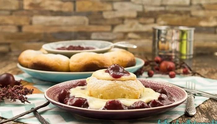 Dampfnudeln mit Vanillesauce und Kirschen