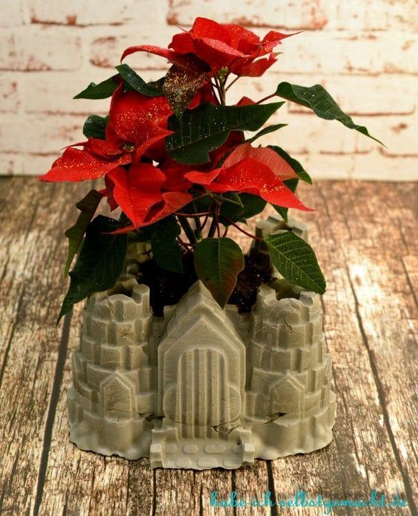 DIY Ritterburg Blumentopf aus Beton - Fertige Blumenvase mit Weihnachtsstern