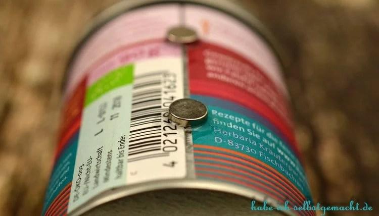 DIY Selbstgebautes Gewürzregal mit Magneten - Magnete auf den Sekundenkleber kleben