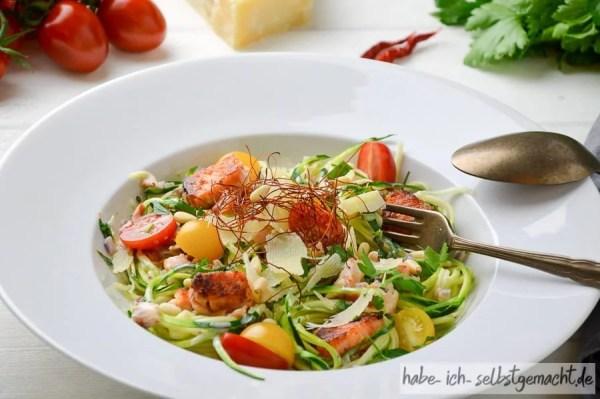 Zucchini Spaghetti mit Lachs