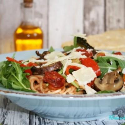 Mediterrane Pasta mit Antipasti und Rucola