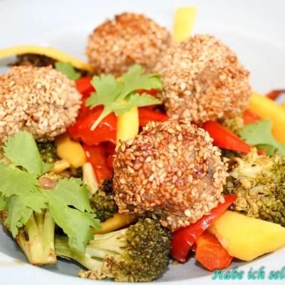 Low Carb – Asiatische Gemüsepfanne mit Sesam Hackbällchen