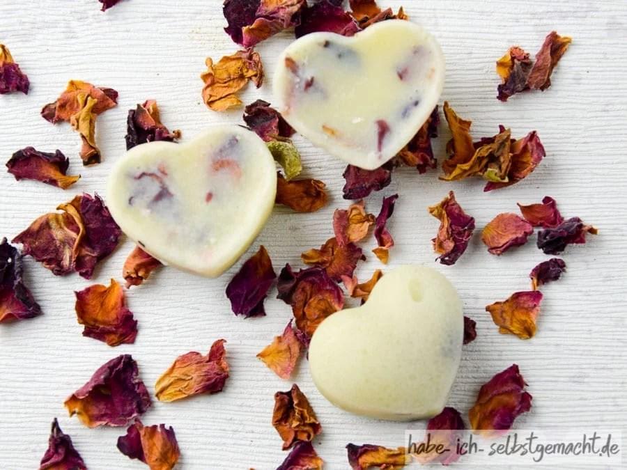 Badepralinen mit getrockneten Rosenblättern