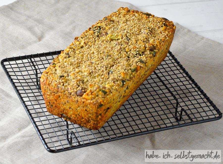 Low-Carb Brot frisch aus dem Ofen