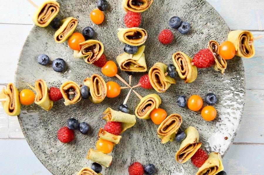 Süße Crêpes Spießchen mit selbstgemachtem Schokoaufstrich