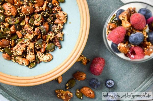 Granola mit Joghurt und frischen Früchten