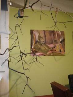 Op de achtergrond een schilderij van Karin Elfrink