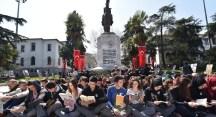 Atatürk Anıtı önünde hep birlikte kitap okudular
