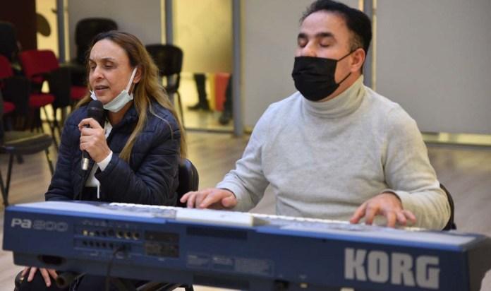 Seçmelere katılan görme engelli müzisyen çift performanslarıyla büyüledi