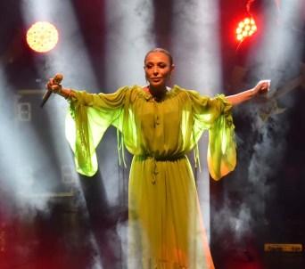 Festivalde Ziynet Sali rüzgarı esti