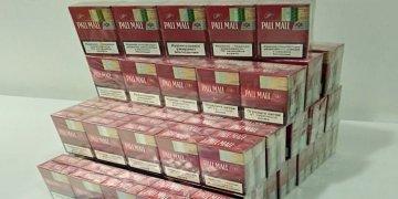Türkiye'den gelen çiftin bavulunda 16 karton sigara yakalandı