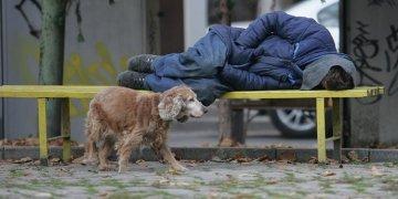 Banklarda uyuyan evsizlere 20 euro ceza