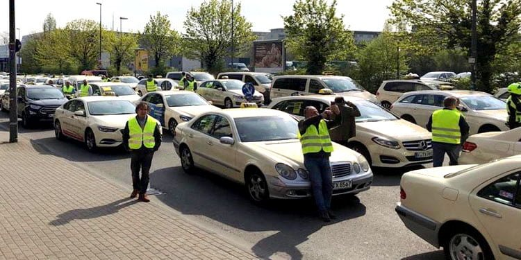 Almanya'da taksicilerden Uber karşıtı gösteri