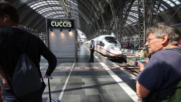 Almanya'da raylara itilen anne kurtuldu, çocuğu öldü