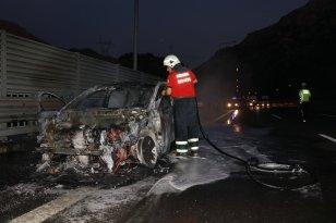 Gurbetçi ailenin aracı yanarak hurdaya döndü