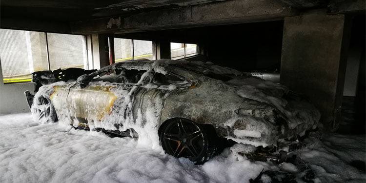 Garajda spor otomobili ateşe verdiler