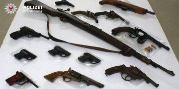Evlerden silah ve mühimmat çıktı