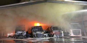 Lojistik merkezindeki çok sayıda araç yandı