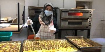 Camiden 200 kişiye yemek yardımı