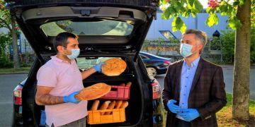 Almanya'daki Türkler mültecilere Ramazan Pidesi dağıttı