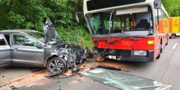 Okul otobüsü otomobile çarptı:3 ağır yaralı