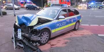 Kavşakta polis aracına bindirdi