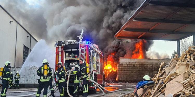 Atık fabrikasında büyük yangın