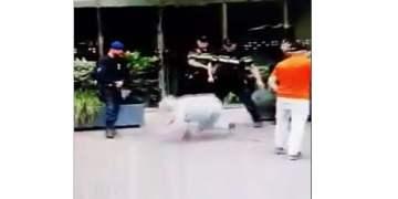 Hollanda Polisi yaşlı kadını coplayarak yere fırlattı (VİDEO)