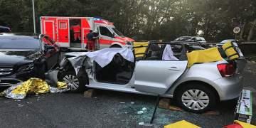 Kadın sürücü aracın tavanı kesilerek kurtarıldı