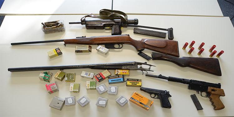 Evde savaş silahları bulundu