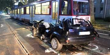 Tramvayla otomobil kafa kafaya çarpıştı