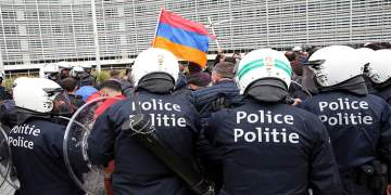 AB kurumları önünde gösteri yapan Ermenilere polis müdahale etti