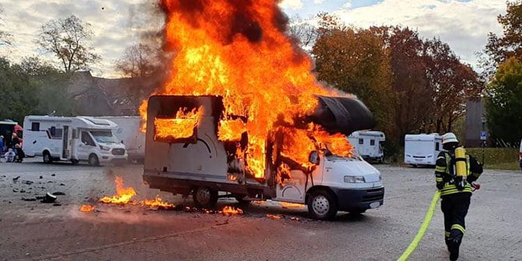 İçinde sahibi uyurken karavan yandı