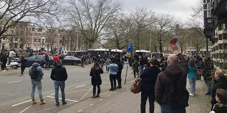Amsterdam'da Kovid-19 önlemleri karşıtı gruba polis müdahale etti