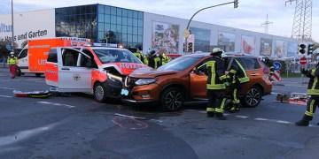 Ambulans ile otomobil kafa kafaya çarpıştı