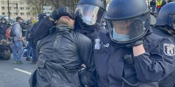 Alman hükümetinin Kovid-19 salgında izlediği politikanın protesto edildiği gösteriye polis müdahalesi