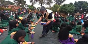 Avrupalı Türkler Uganda'da 11 okul ve cami bahçesinde kardeşlik sofraları kuruyor