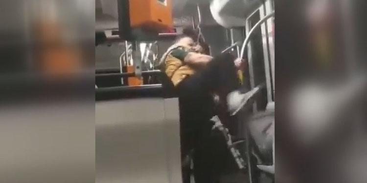 Almanya'da ırkçı bir Alman 17 yaşındaki Suriyeliye tekme attı ve tükürdü