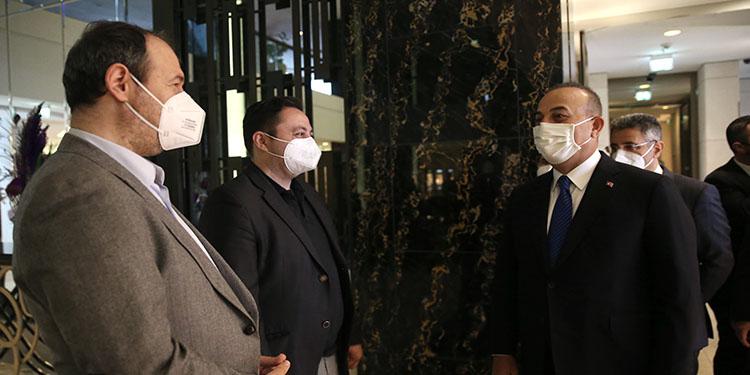 Dışişleri Bakanı Çavuşoğlu Almanya'da gösterileri takip ederken yaralanan AA muhabirleriyle görüştü